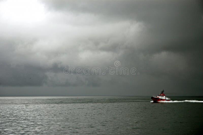 De rode Boot kruist de Mistige Baai, San Francisco stock foto