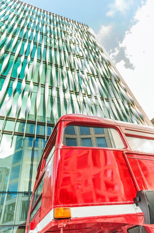 De rode bus van Londen tegen moderne horizon stock afbeelding