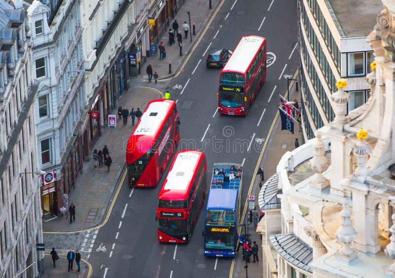 Download De Rode Bussen Van Londen Bij De Stad Van De Weg Van Londen Mening Neer Van Het Bureaublok Redactionele Fotografie - Afbeelding bestaande uit straat, nacht: 107706377