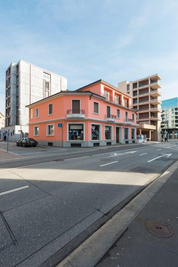 De rode commerciële die bouw enkel in de stad wordt vernieuwd stock afbeelding
