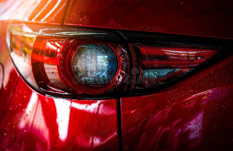 De rode compacte SUV-auto met sport en het moderne ontwerp zijn was met water De dienst van de bedrijfs autozorg concept Auto met royalty-vrije stock foto's