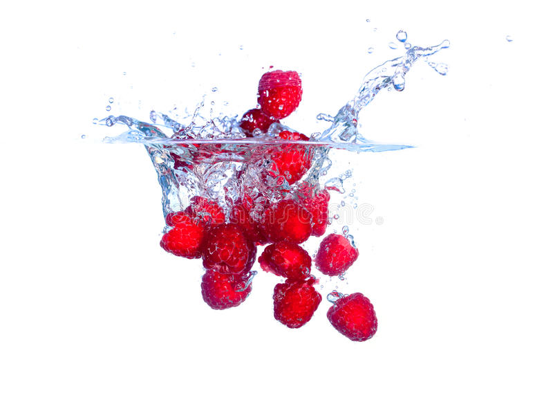 De rode Dalingen van Frambozen onder Water met een Plons stock fotografie