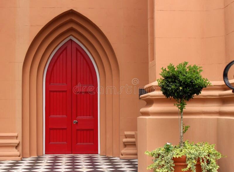 De rode Deur van de Kerk stock afbeelding