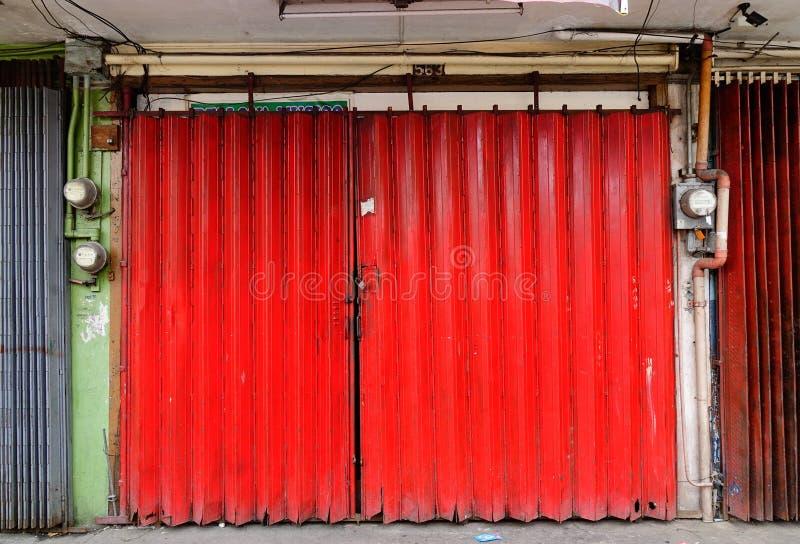 De rode deur van oud huis bij Quezon-stad in Manilla, Filippijnen stock foto