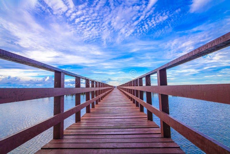 De rode die brug en de zon omhoog of de zon op horizon wordt geplaatst royalty-vrije stock afbeelding