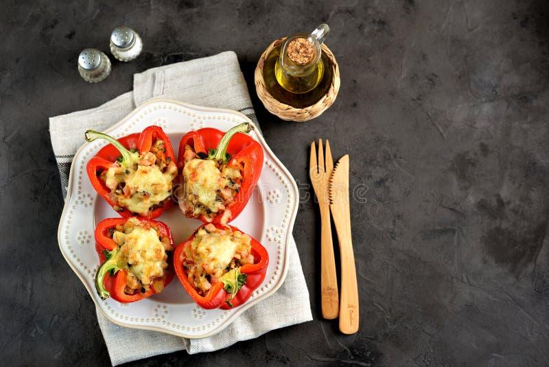 De rode die paprika met uien, wortelen, paddestoelen wordt gebakken, rookte vlees en kaas stock afbeeldingen