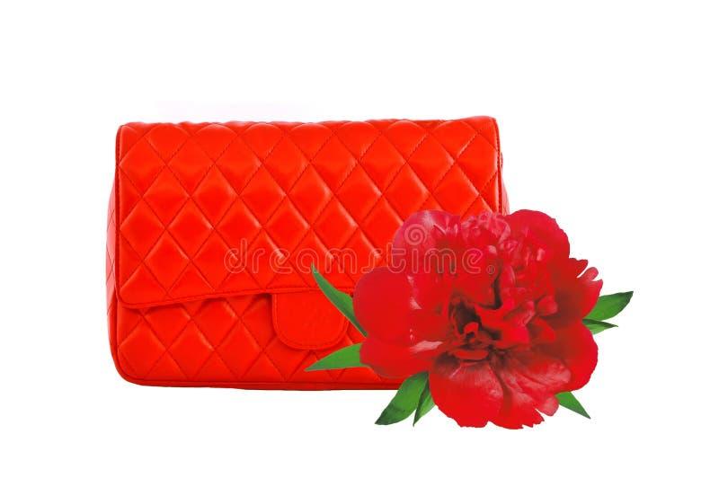 De rode die vrouwen doen en de pioenbloem op wit wordt geïsoleerd in zakken royalty-vrije stock foto