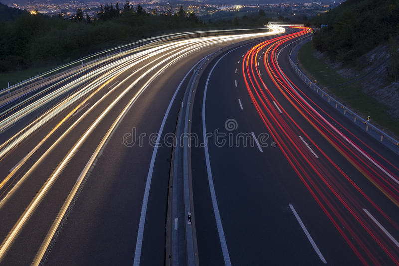 De rode en witte lichten, auto's gaan naar de stad stock foto's