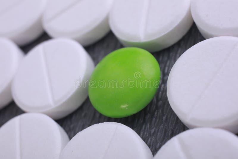 De rode en witte stapel van pillencapsules stock afbeeldingen