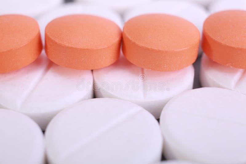 De rode en witte stapel van pillencapsules stock fotografie