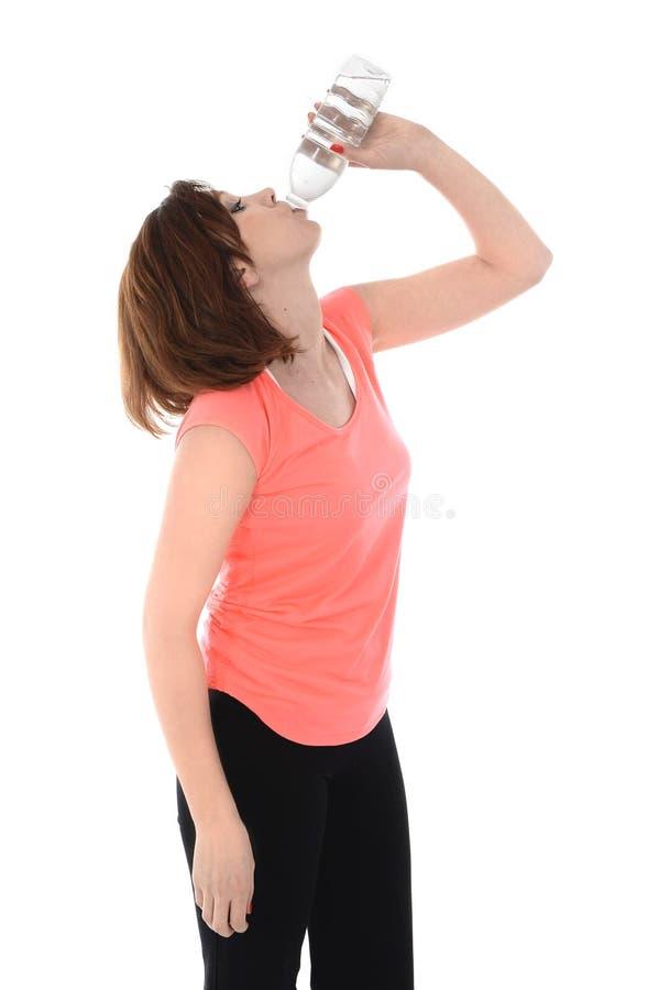 De rode fles van het de vrouwen drinkwater van de haarsport royalty-vrije stock afbeeldingen