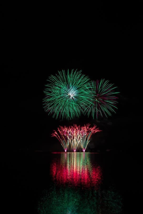De rode fontein en groen begint van rijk vuurwerk over Brno Dam met meerbezinning royalty-vrije stock foto
