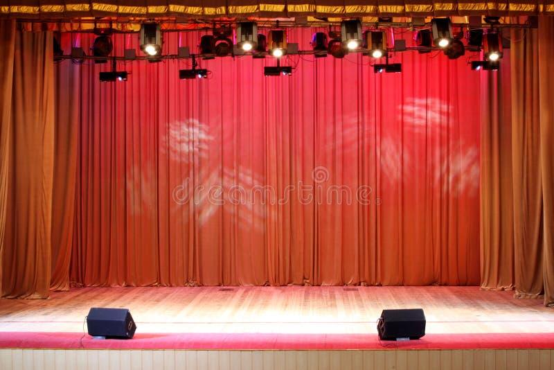De rode gordijnen van het theaterstadium royalty-vrije stock foto