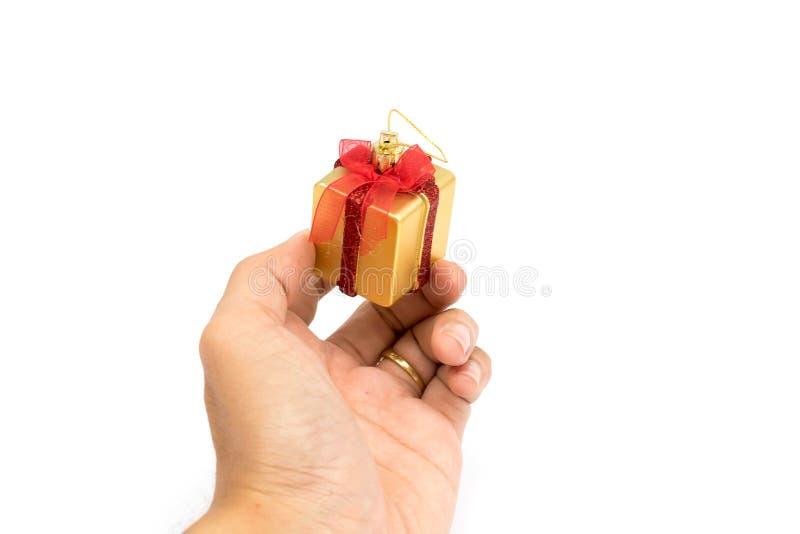 De rode & gouden in hand kleur van giftdozen geeft voor u op witte achtergrond royalty-vrije stock fotografie