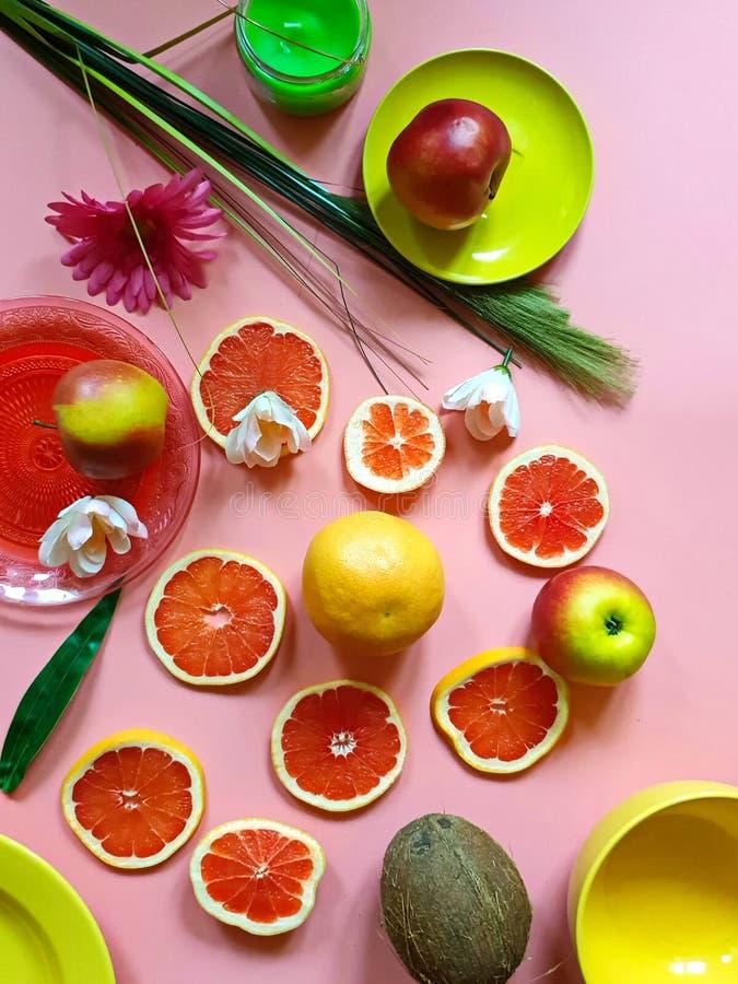De rode grapefruit snijdt van de de appel sappige pulp van kokosnoten het gele citrusvruchten van het de schotelsdiepe bord groen royalty-vrije stock foto