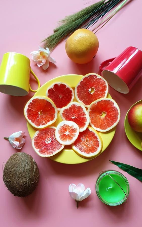De rode grapefruit snijdt van de de appel sappige pulp van kokosnoten het gele citrusvruchten van het de schotelsdiepe bord groen stock foto's