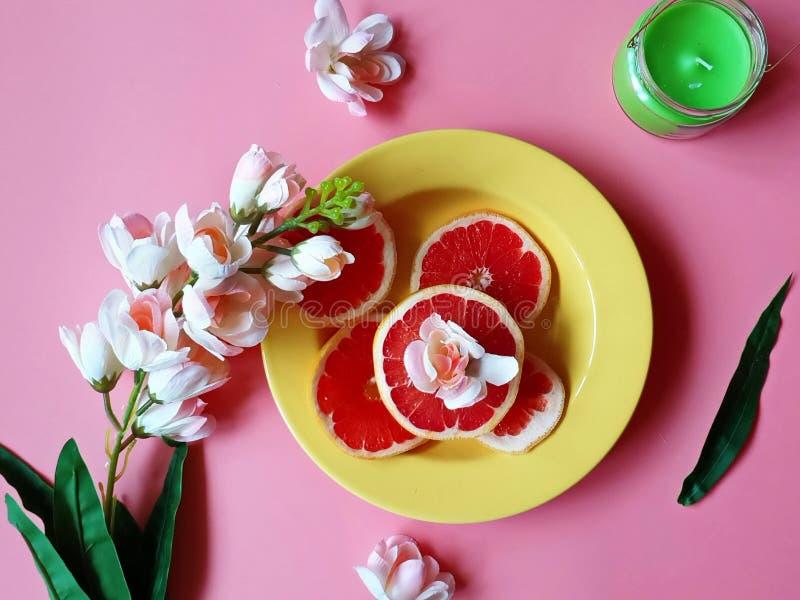 De rode grapefruit snijdt van de de appel sappige pulp van kokosnoten het gele citrusvruchten van het de schotelsdiepe bord groen stock afbeeldingen
