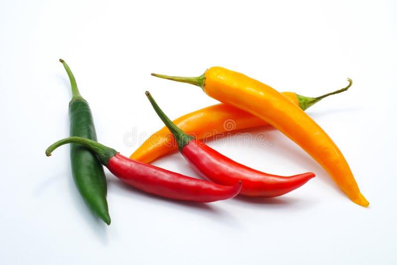 De rode groene gele die peper van kleurenspaanse pepers op witte achtergrond wordt geïsoleerd royalty-vrije stock afbeelding