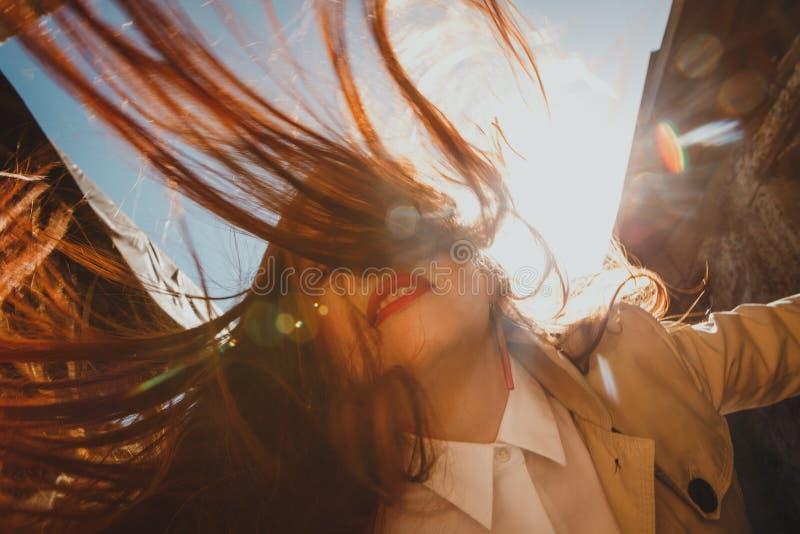 De rode haired meisje verfomfaaide activiteit van de haarmotie stock fotografie