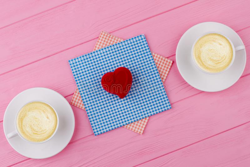 De rode hart gevormde doos van de fluweelgift stock foto