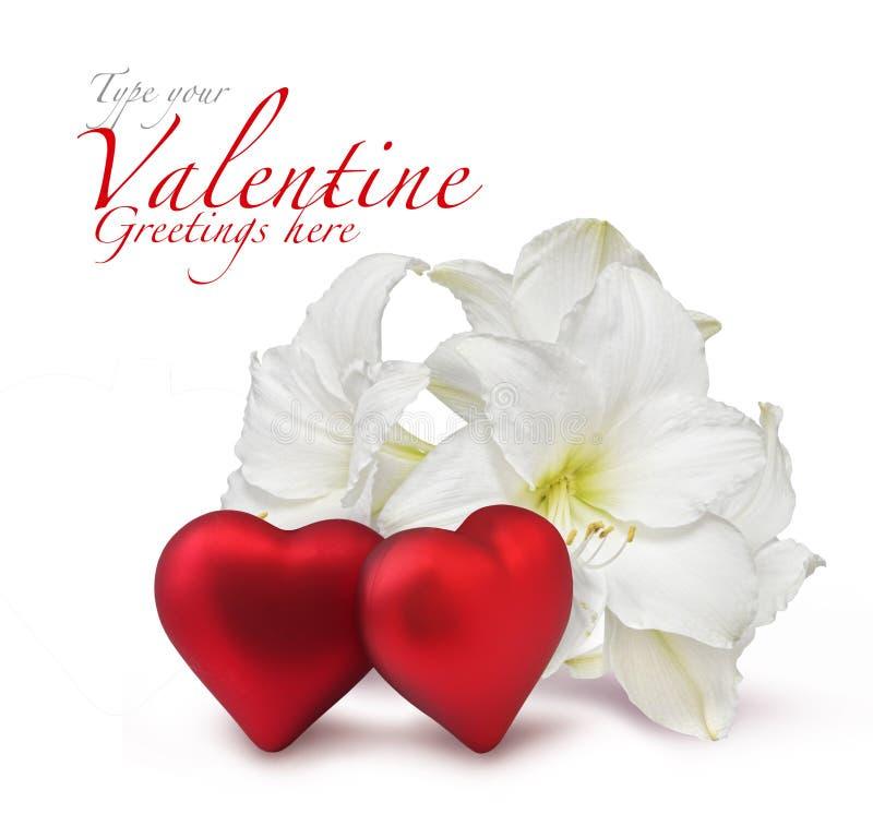 De rode harten van de Valentijnskaart en witte lelie royalty-vrije stock afbeelding