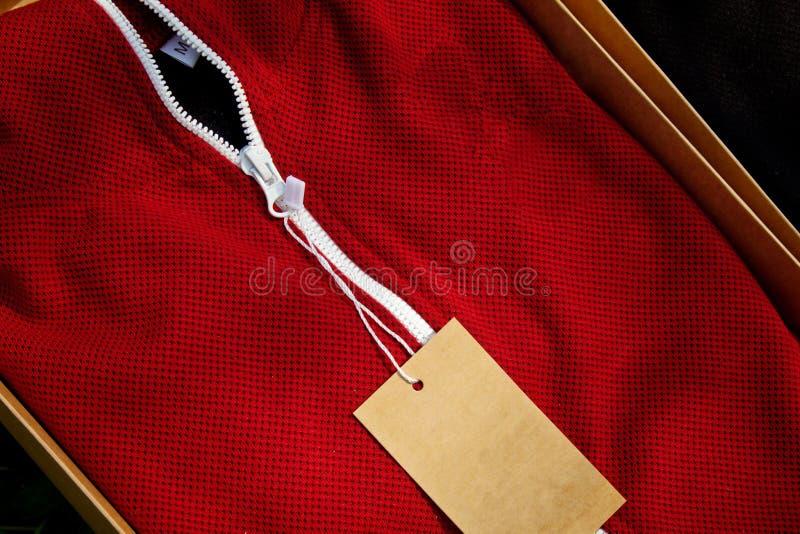 De rode hoogste mening van de sportkledingsclose-up witte pitlijn in te ademen breigoed de macro van kledingsdetails royalty-vrije stock fotografie