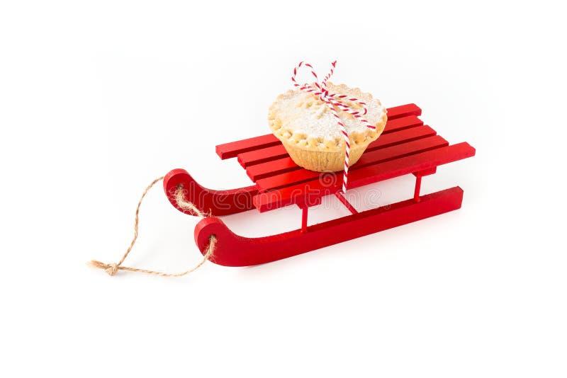 De rode Houten Slee met hakt Pastei fijn die op Wit wordt ge?soleerd royalty-vrije stock afbeelding