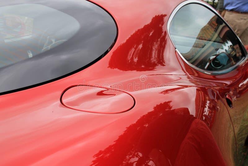 De rode Italiaanse deur en het venster van de sportwagenbrandstof stock foto