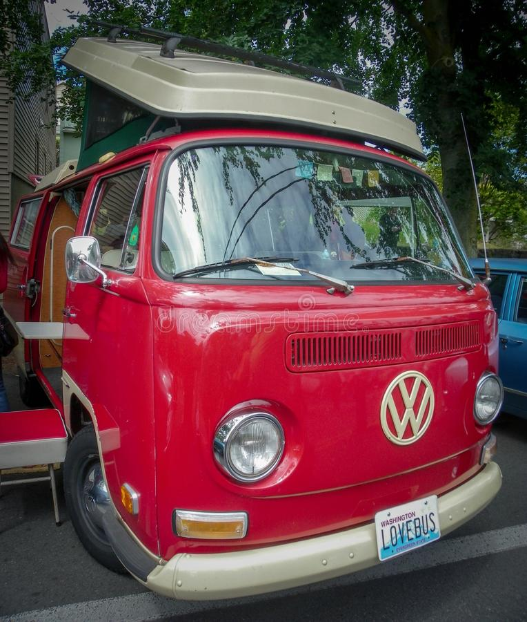 De rode kampeerauto van VW van het Liefdeinsect stock foto