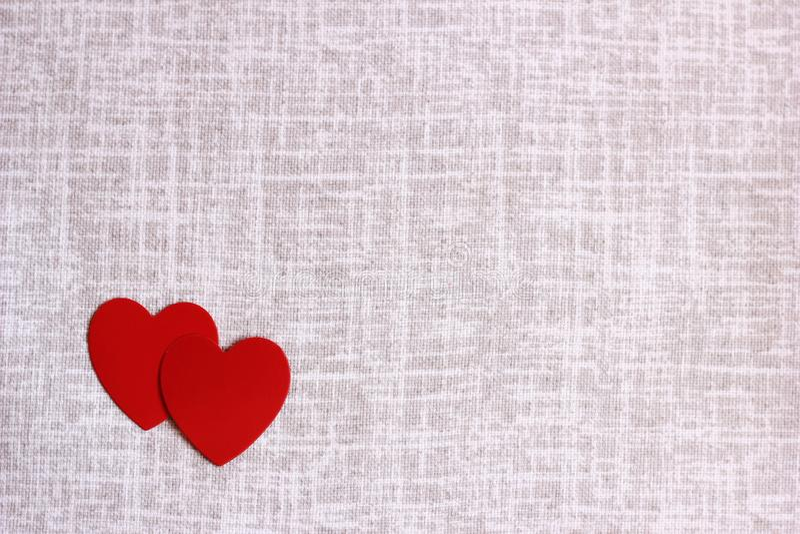 De rode kartonharten liggen op linnenstof De dag van de valentijnskaart `s Concept liefde royalty-vrije stock afbeelding