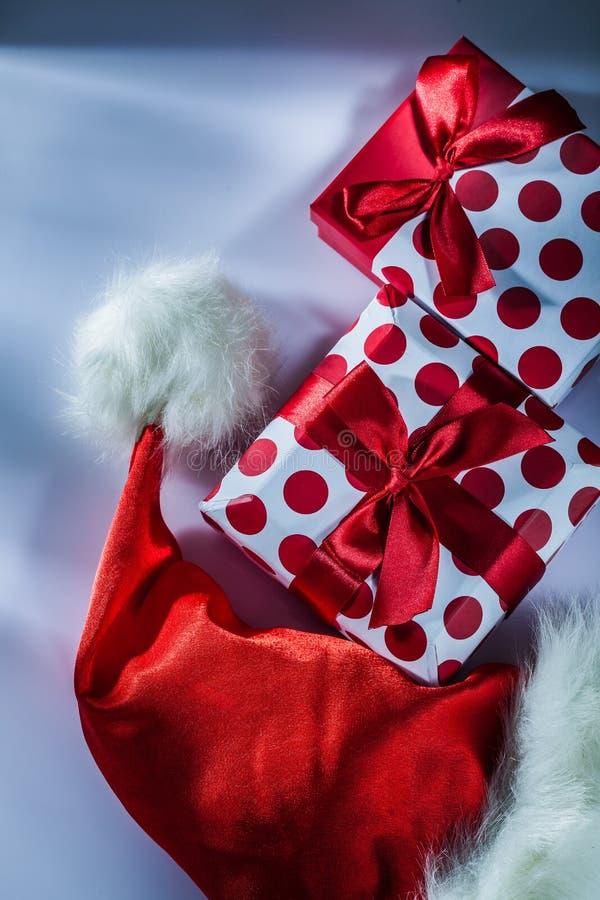 De rode Kerstmanhoed pakte huidige doos op witte achtergrond in stock afbeeldingen