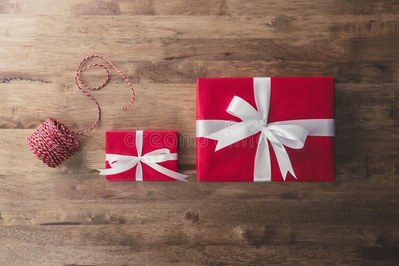 De rode Kerstmis en Nieuwjaardozen van de vakantiegift met wit lint royalty-vrije stock afbeeldingen
