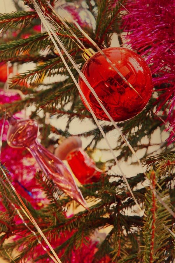 De rode Kerstmisballen op een pijnboom vertakken zich genomen close-up royalty-vrije stock afbeeldingen