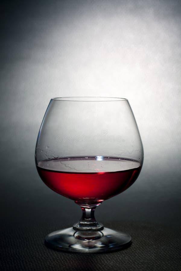 De rode likeur van de luxe op ballon crysal glas stock afbeeldingen
