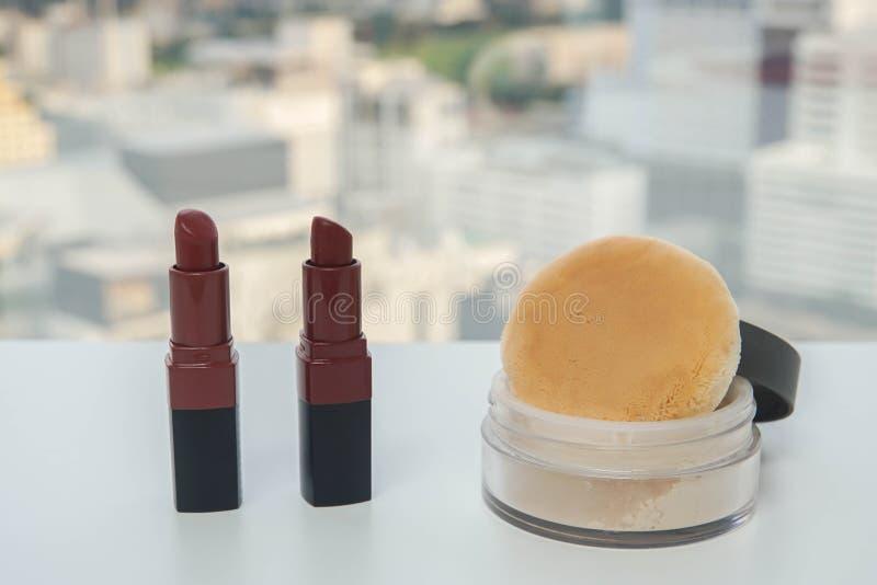 De rode lippenstift van de de steenluxe van Bourgondië met doorzichtig maakt omhoog poeder royalty-vrije stock afbeelding