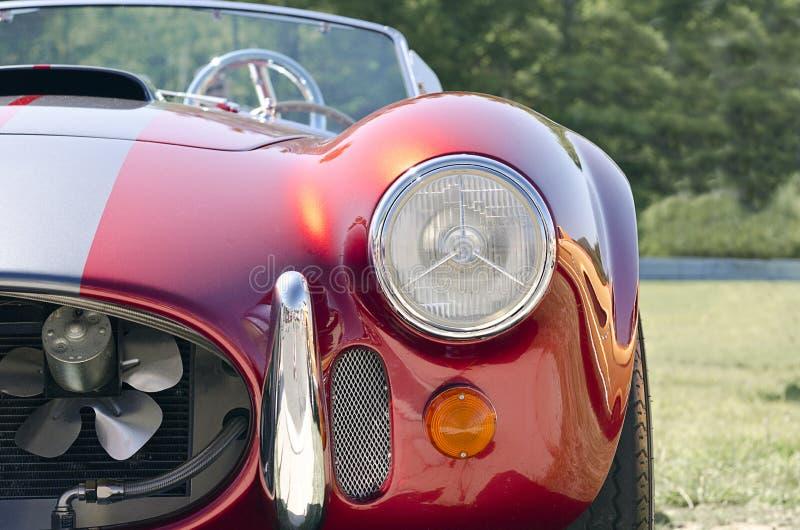 De rode mening van de sportwagen voor halve grond stock afbeeldingen