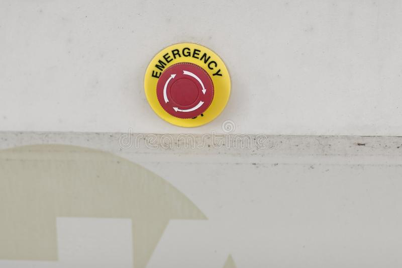 De rode noodsituatieknoop of eindeknoop voor Handpers EINDEknoop voor industriële machine, Noodsituatieeinde voor Veiligheid stock foto
