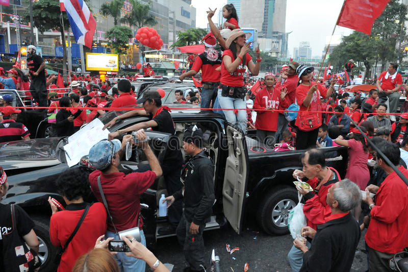 De rode Overhemden protesteren in Centraal Bangkok stock foto's