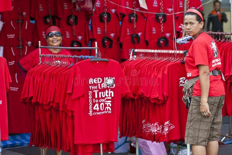 De rode overhemdsprotesteerders verkopen rode overhemden in Bangkok stock foto