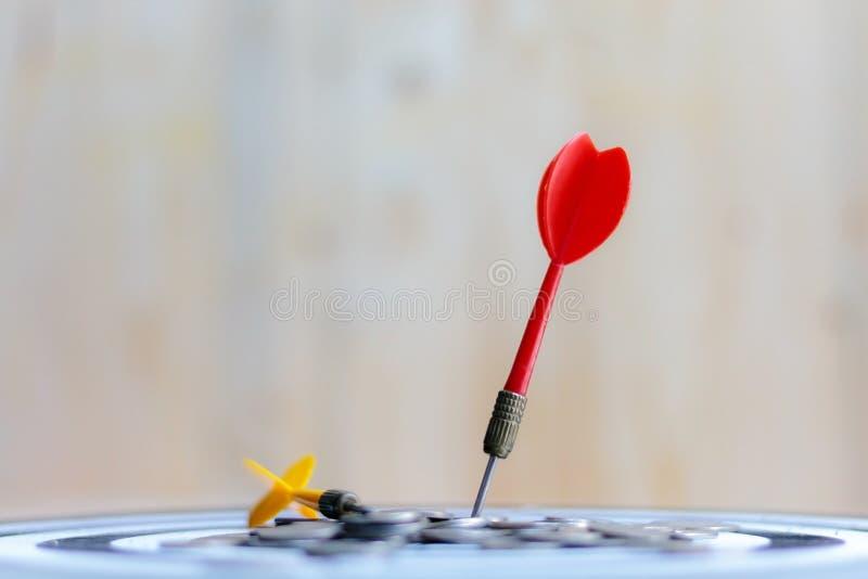 Download De Rode Pijltjepijl Raakte Het Centrumdoel Van Dartboard En Geldmuntstuk Stock Foto - Afbeelding bestaande uit nauwkeurigheid, geld: 114226574