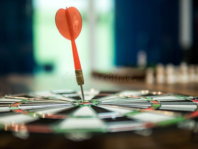 De rode pijltjepijl raakte in het doelcentrum van dartboard, winnaarconcept, doelconcept royalty-vrije stock fotografie