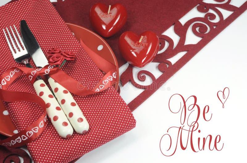De rode plaats die van de het themaeettafel van Valentine, van het huwelijk of van de liefde plaatsen met is Mijngroet royalty-vrije stock afbeeldingen