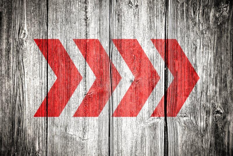 De rode richtingpijl ondertekent het richten van achtergrond van de de planktextuur van de richtings de oude grungy doorstane wit royalty-vrije stock fotografie