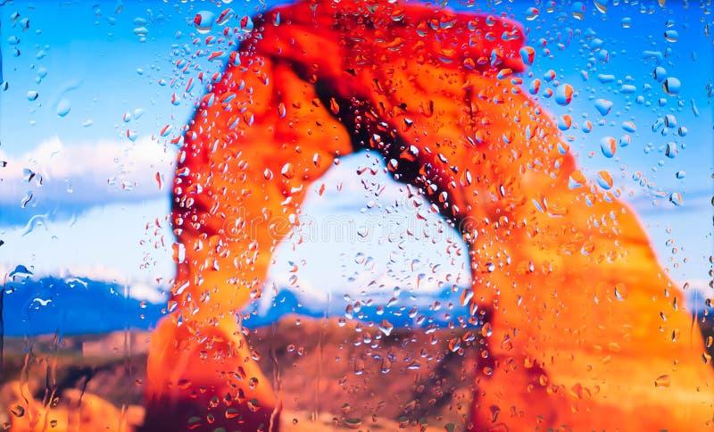 De rode rotsen van de mening van Grand Canyon A van de stad van een venster van een hoog punt tijdens een regen Nadruk op dalinge stock afbeeldingen
