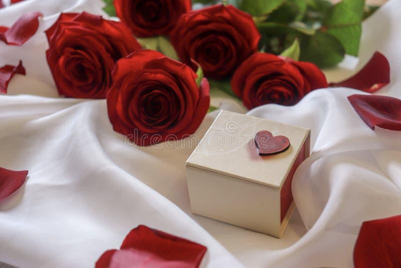 De rode Rozen zijn Bloemen van Liefde en een Heden stock fotografie