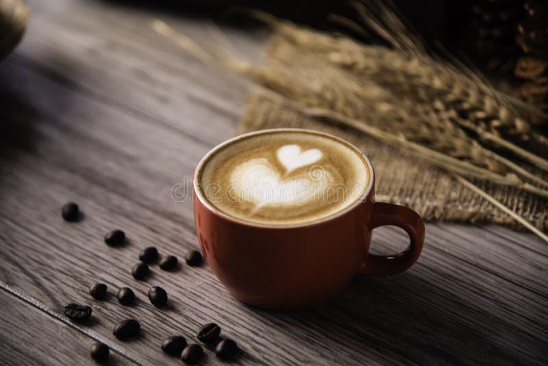 De rode rust van het koffieglas op houten vloer Conceptenstilleven royalty-vrije stock afbeelding