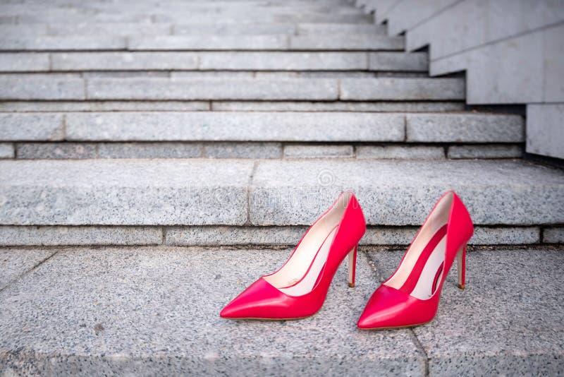 De rode schoenen van de vrouwen hoge hiel op de treden stock fotografie
