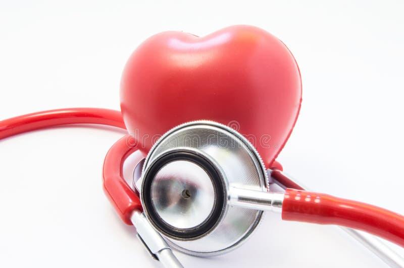 De rode stethoscoop of phonendoscope met chroom chestpiece voert onderzoek van het vooraanzicht van het hartcijfer uit Concept vo royalty-vrije stock foto