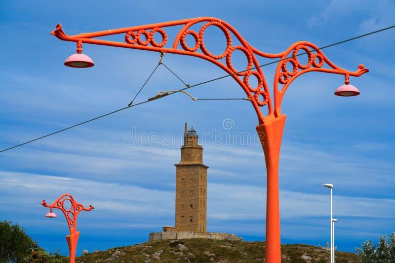 De rode straatlantaarns van La Coruna en Hercules-toren Galicië royalty-vrije stock foto