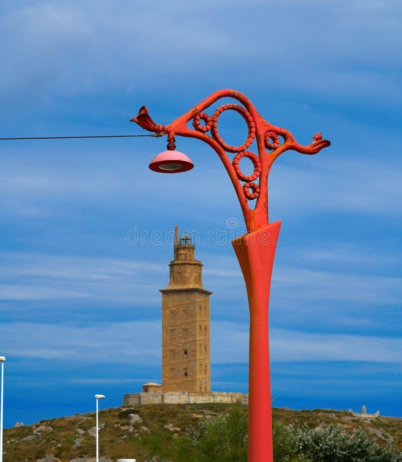 De rode straatlantaarns van La Coruna en Hercules-toren Galicië stock foto